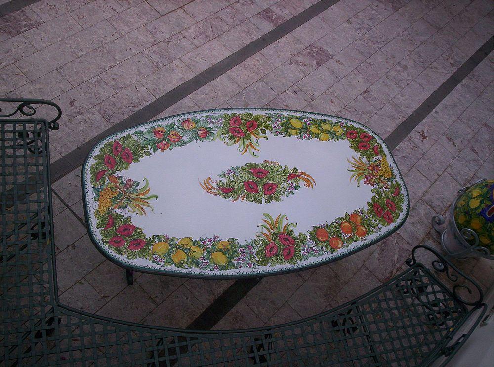 Tavolo in ferro battuto con ceramica dipinta a mano