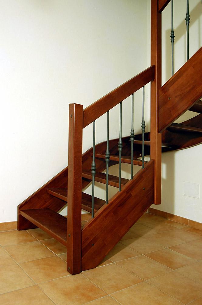 Scala artigianale legno e ringhiera in ferro battuto