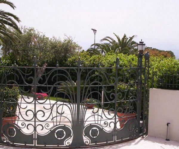 cancello curvo in ferro battuto