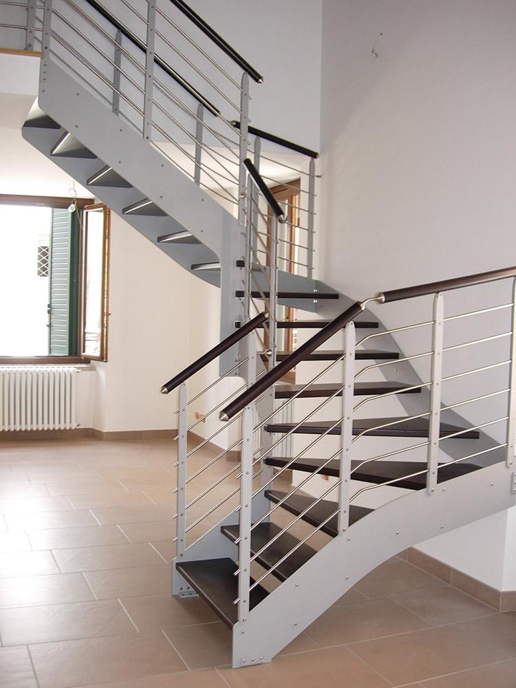Metal British : doppia struttura in acciaio verniciato, gradino in legno, ringhiera su un lato formata da piatti in acciao verniciato e fili orizzontali in acciaio inox, corrimano inox o legno.